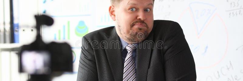 Strato online di blogger dell'uomo d'affari che grida fotografie stock libere da diritti