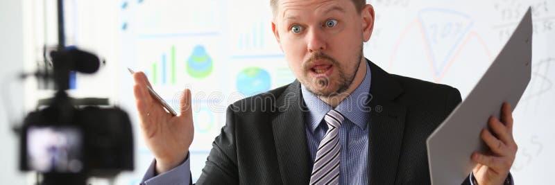 Strato online di blogger dell'uomo d'affari che grida immagine stock