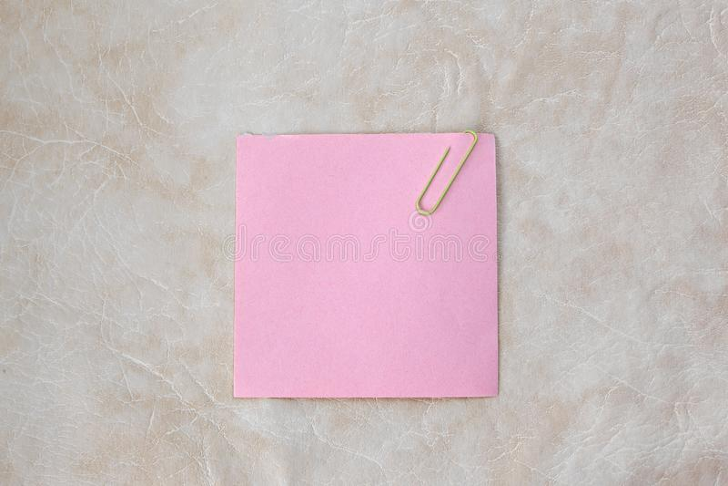 Strato rosa per la presa delle note su un fondo di carta Foto con lo spazio della copia fotografia stock