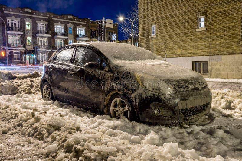 Strato spesso dell'automobile della copertura del ghiaccio immagine stock