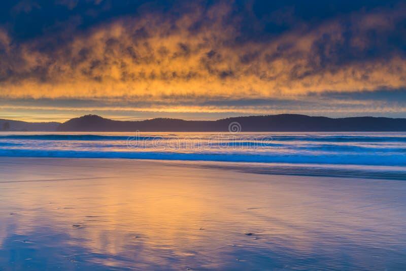 Stratocumulus Cloud Covered Sunrise Seascape royalty-vrije stock foto's
