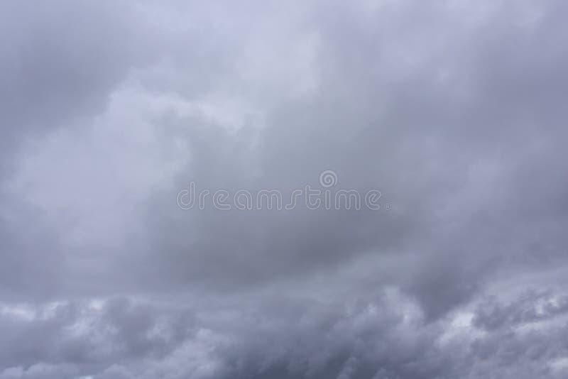 Stratosphère extérieure de ciel dramatique sinistre foncé de nuages images libres de droits