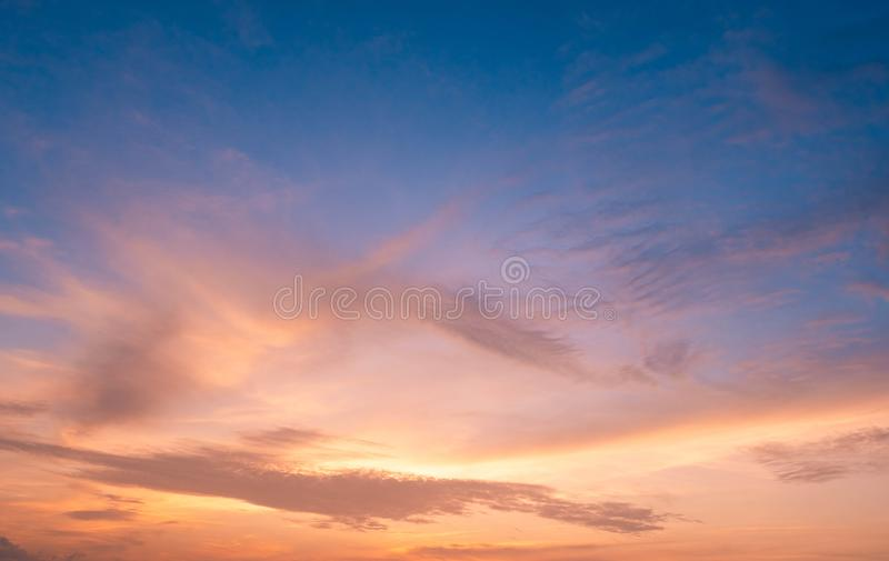 Stratus im Sonnenunterganghintergrund für Prognose und Meteorologiekonzept lizenzfreie stockfotos