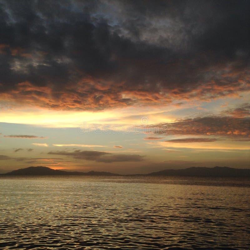 Stratus-Kumulus-Nimbus-Wolken alle zusammen in einem Bild lizenzfreies stockfoto