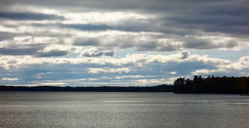 Stratusu stratocumulusu altostratus chmury nad ciemnym jeziorem fotografia royalty free