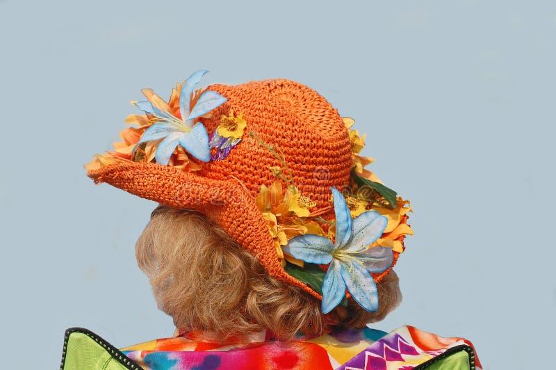 Straw Hat Decked With Flowers arancio per Jazzfest immagine stock libera da diritti
