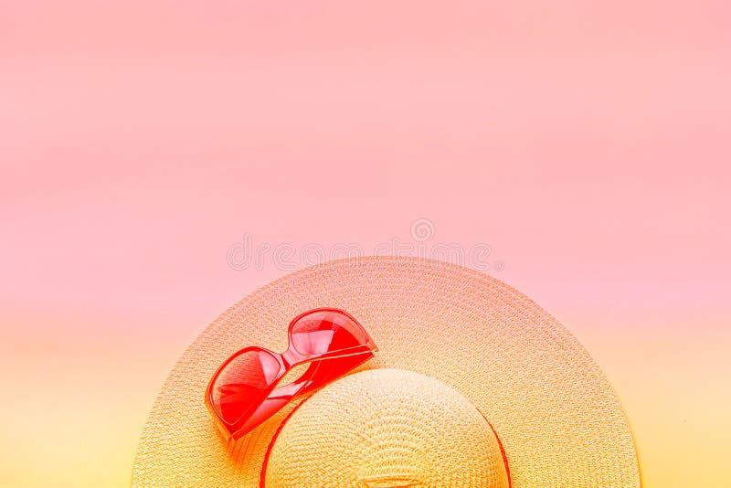 Straw Hat Fashionable Sun Glasses delle donne sulla tonalità gialla rosa di pendenza Concetto di modo di vacanza della spiaggia d fotografia stock libera da diritti