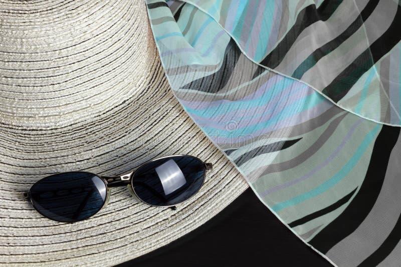 Straw Hat, Foulard e ?culos de sol brancos foto de stock royalty free