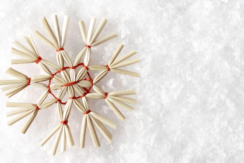 Straw Snowflake sur la neige blanche, flocon pailleux de neige de Noël photos libres de droits