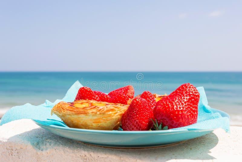 Strawberies och Pastell de Nata royaltyfri fotografi