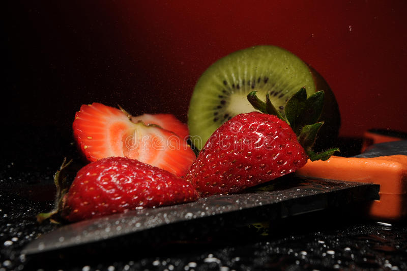 Strawberr, kiwi, cuchillo fotos de archivo libres de regalías