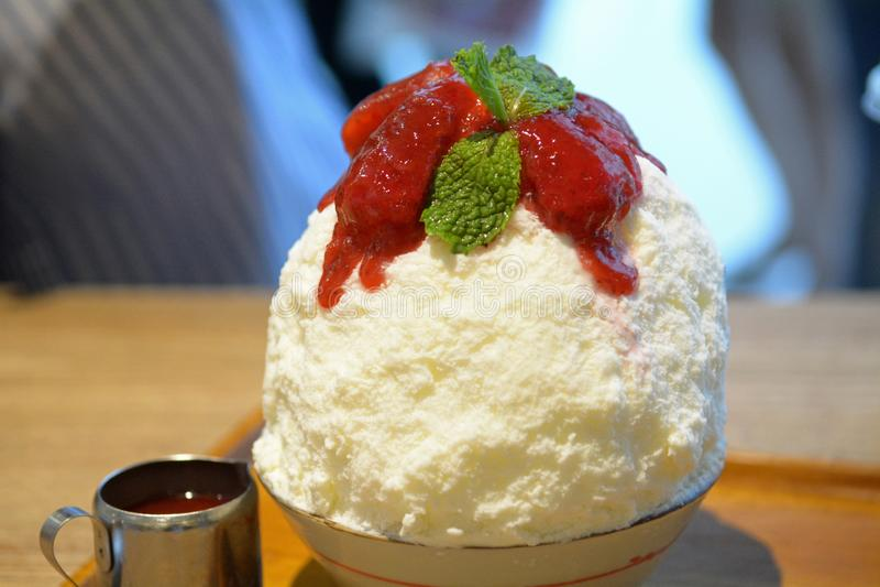 Strawberry kakigori Bingsu - Γιαπωνέζικο επιδόρπιο με ξύρισμα από πάγο, γεμισμένο με cheesecake, με μαρμελάδα φράουλας στοκ εικόνες