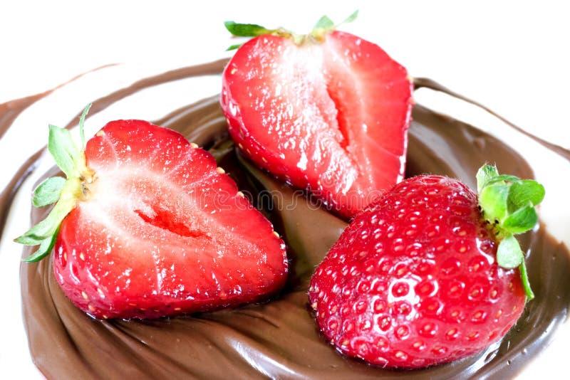 Strawberrys nella spirale del cioccolato immagini stock