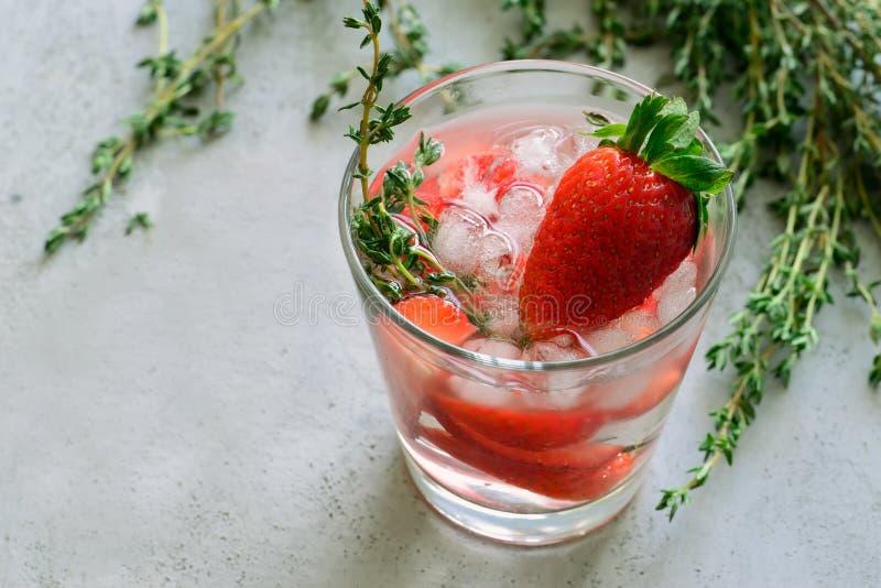 Strawbery et boisson de thym images stock
