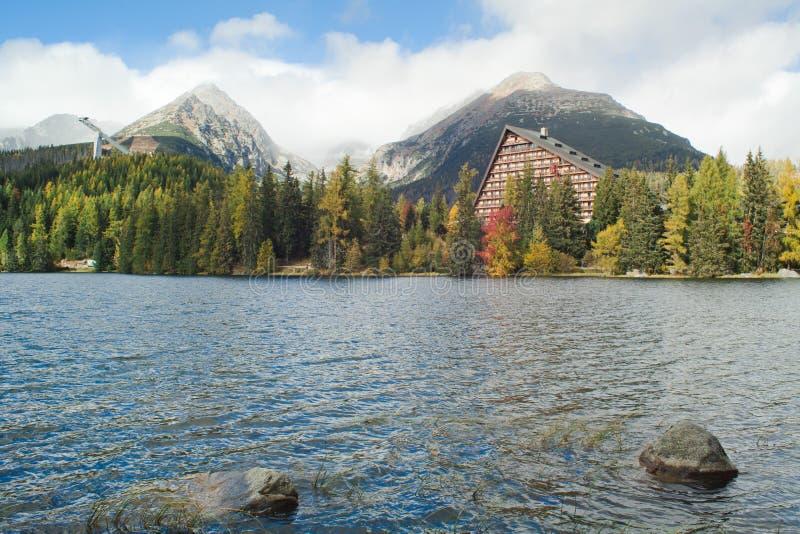 Strbske pleso jeziora halny kryształ - jasna woda w Wysokim Tatras, Sistani - zdjęcia stock