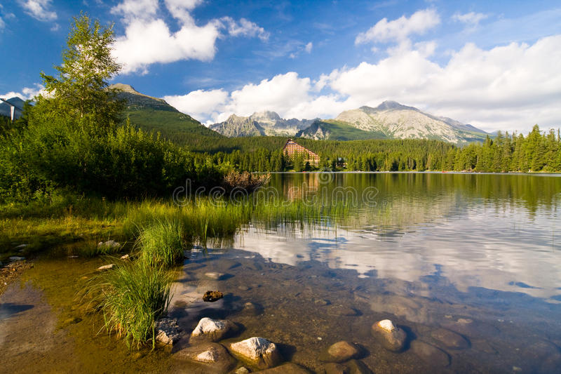 Strbske Pleso, meer in Slowakije in Hoge Tatras royalty-vrije stock foto's