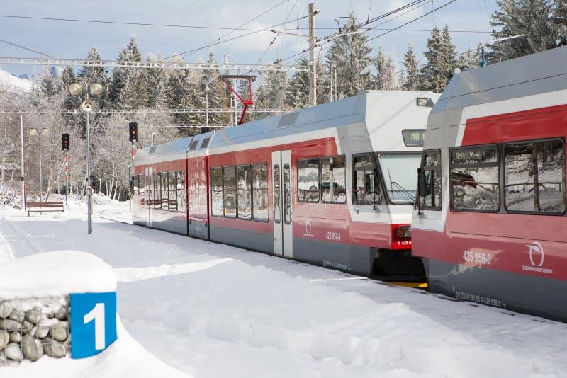 STRBSKE PLESO SISTANI, LISTOPAD, - 1, 2017: Nowożytny elektryczny pociąg zdjęcie stock