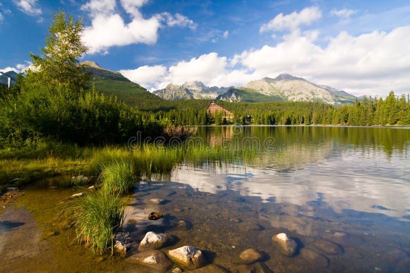 Strbske Pleso sjö i Slovakien i höga Tatras royaltyfria foton