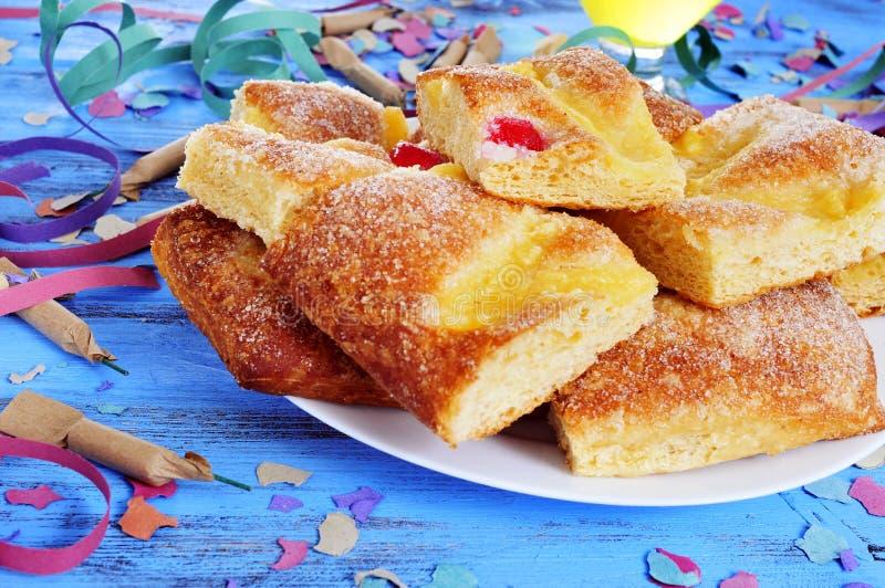 Streamers, petardy i koka, De Sant Joan, typowy słodki cak obraz stock