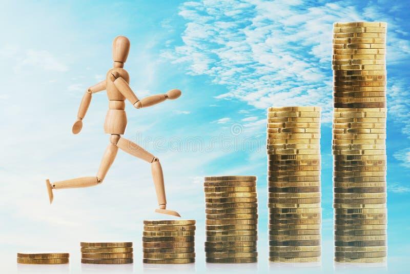 Streben nach finanzieller Unabhängigkeit Der Mensch rennt die Treppe von den Münzen hoch stockfoto