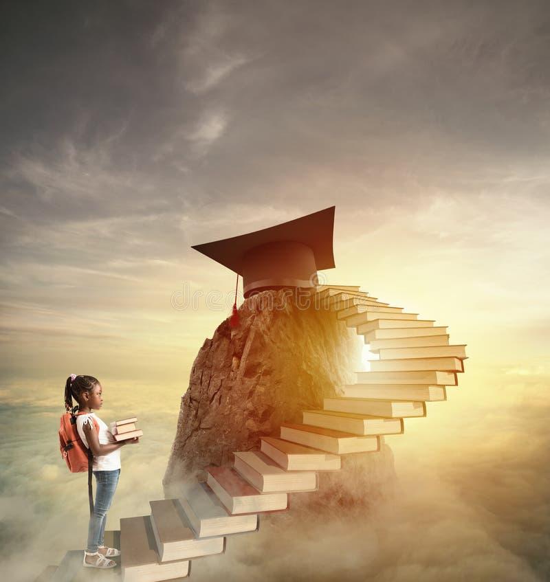 Streben Sie zu den prestigevollen Rollen, indem Sie eine Leiter von Büchern klettern stockbild
