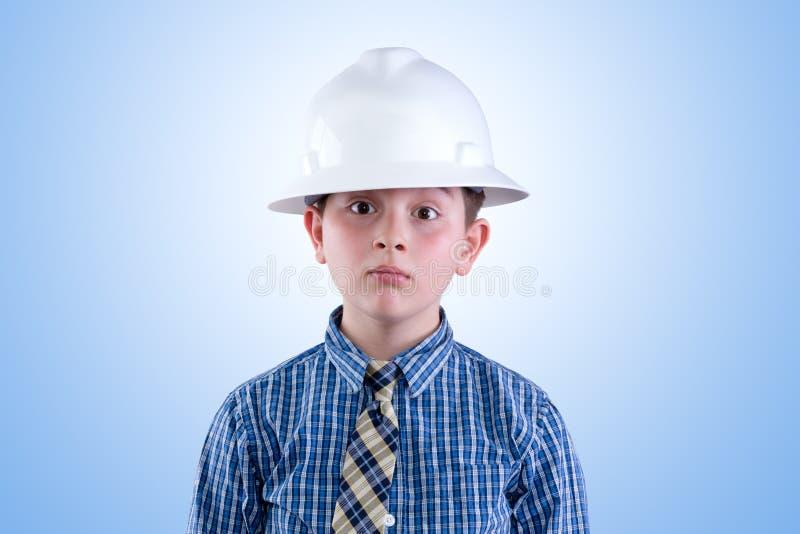 Strebender junger Ingenieur im Hardhat und in der Krawatte lizenzfreies stockfoto