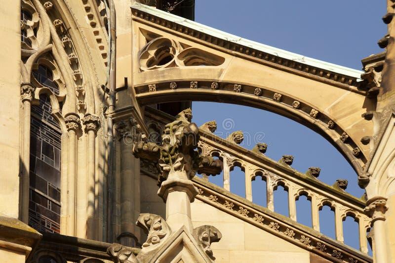 Strebewerk an einer neo-gotischen Kirche stockfoto