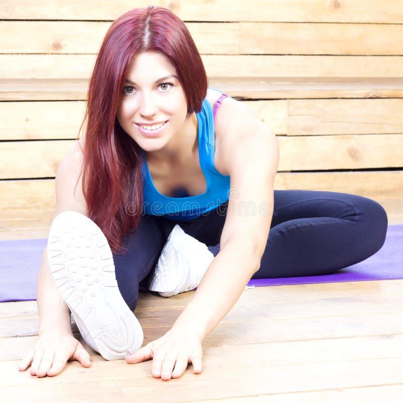 streching愉快的妇女 判断健身数炫耀培训妇女年轻人 瑜伽概念 免版税库存图片