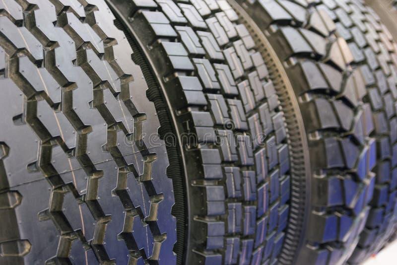 Strecke der neuen LKW-Reifen im Service-Fenster lizenzfreies stockfoto