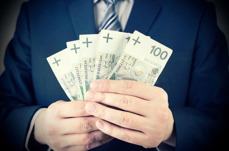 Strecke der polnischen Banknoten in der Geschäftsmannhand stockfotografie