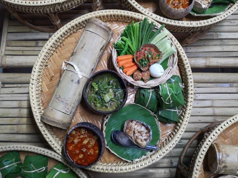 Strecke Nord-Thailand-Nahrung auf traditioneller Bambusplatte, Detail der traditionellen thailändischen Nahrung mit reizender Dar stockfotografie