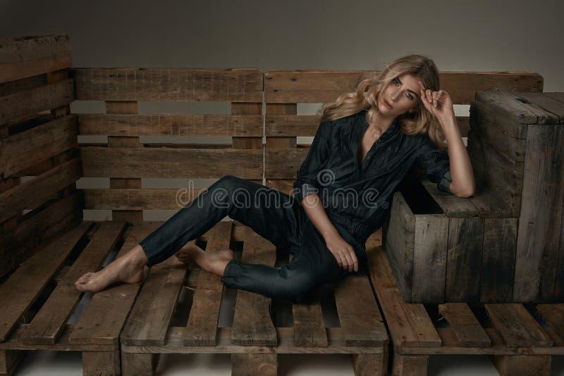 Streeft het manier jonge meisje met mooi lang blond haar die op liggen na royalty-vrije stock fotografie