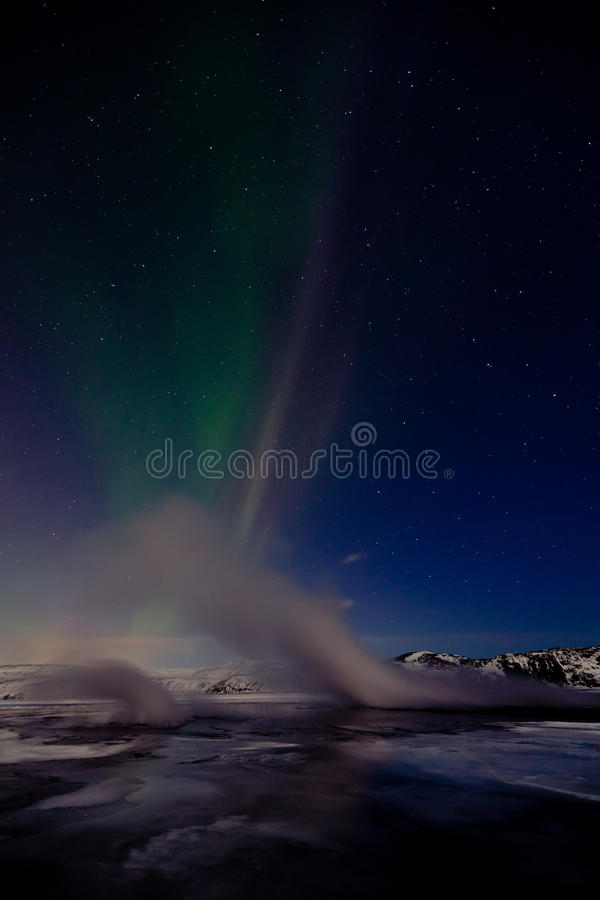 Streem geotermico e lightrs nordici immagini stock