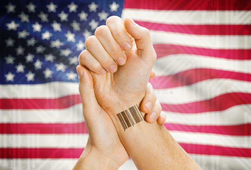 Streepjescodeidentiteitskaart aantal op pols en nationale vlag op achtergrond - Verenigde Staten stock afbeeldingen