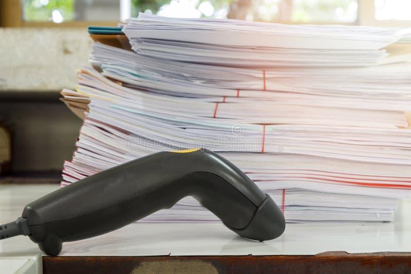 Streepjescodescanner op bureau met documentstapel royalty-vrije stock fotografie