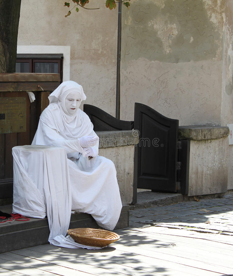 Free Street Performer Resting Between Acts Royalty Free Stock Photo - 72395195