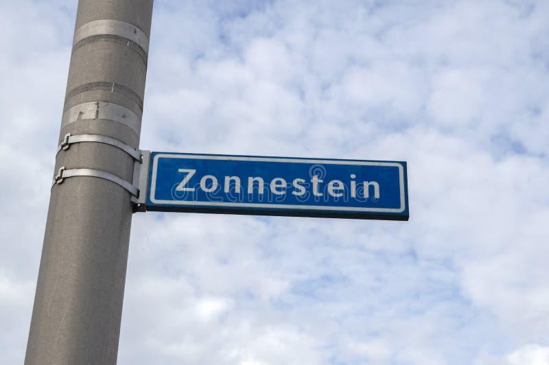 Street Sign Zonnestein på Amstelveen Nederländerna 2019 arkivbild