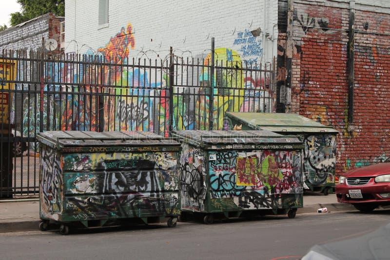 Street View com o escaninho de lixo dos grafittis fotografia de stock