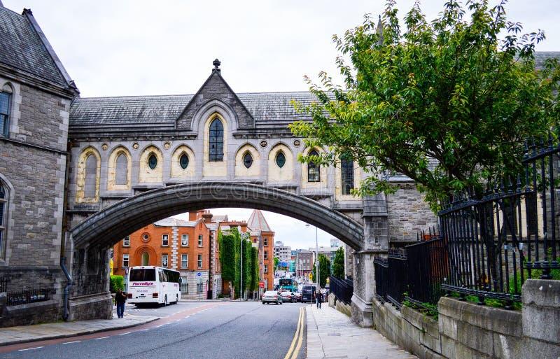 Street View des Bogens der Christus-Kirchen-Kathedrale in Dublin lizenzfreies stockbild