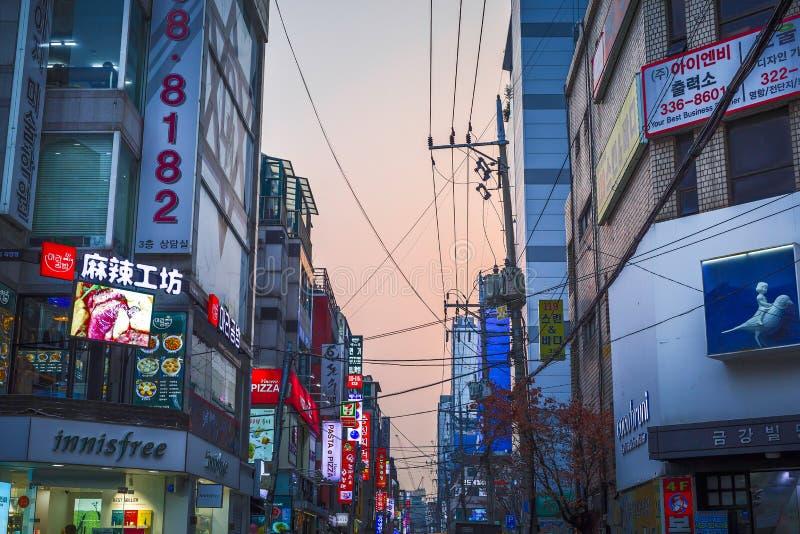Street View des Hongdae-Nachtmarktes lizenzfreie stockbilder