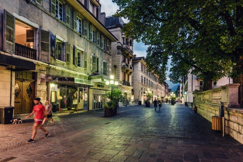 Street View di Annecy Città Vecchia nella sera fotografie stock
