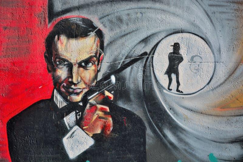 Streetart, detalle de una pintada de James Bond imagenes de archivo
