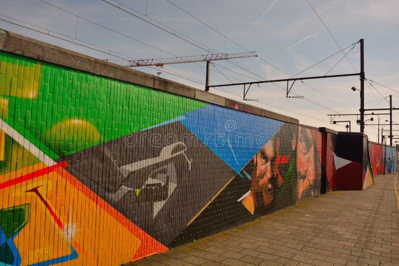 Streetart: wiederkehrender Graffitigegenvandalismus Graffitikünstler CaZn Tos, belgischer Bahnhof lizenzfreies stockfoto