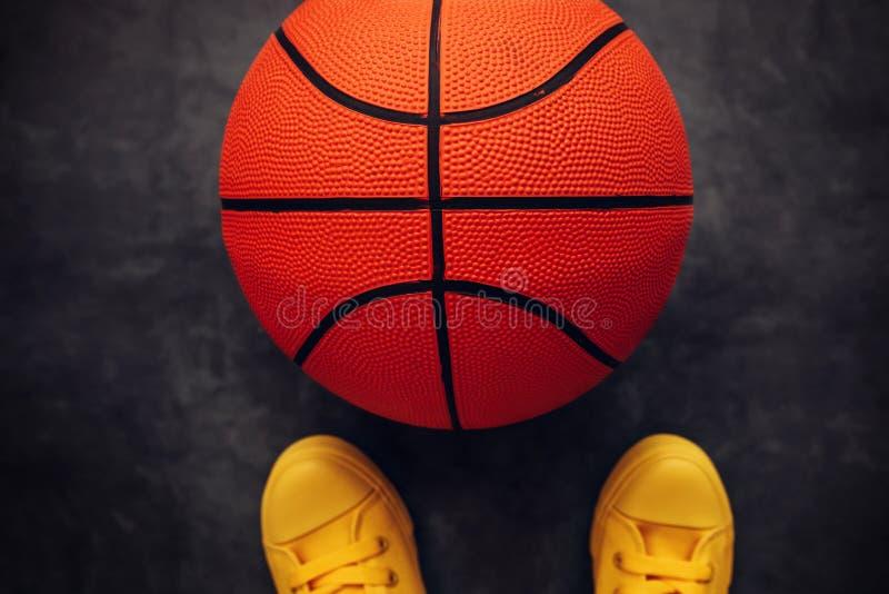 Streetball gracza stać directky nad piłka obrazy royalty free