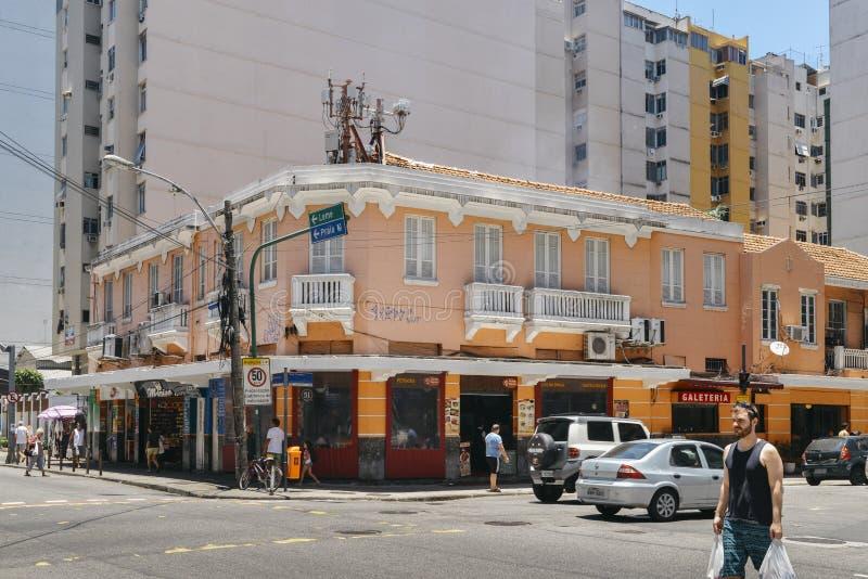 Streetcorner avec l'architecture coloniale de style dans Copacabana occupé images libres de droits