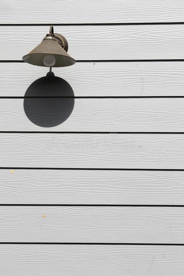 Streetlamp στον τοίχο στοκ φωτογραφίες