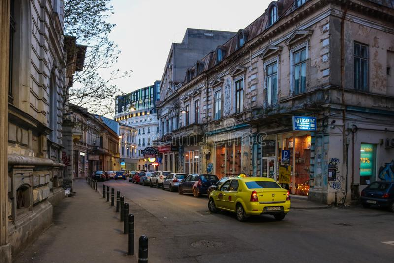 Streetlife med taxien i Bucharest, Rumänien arkivbilder