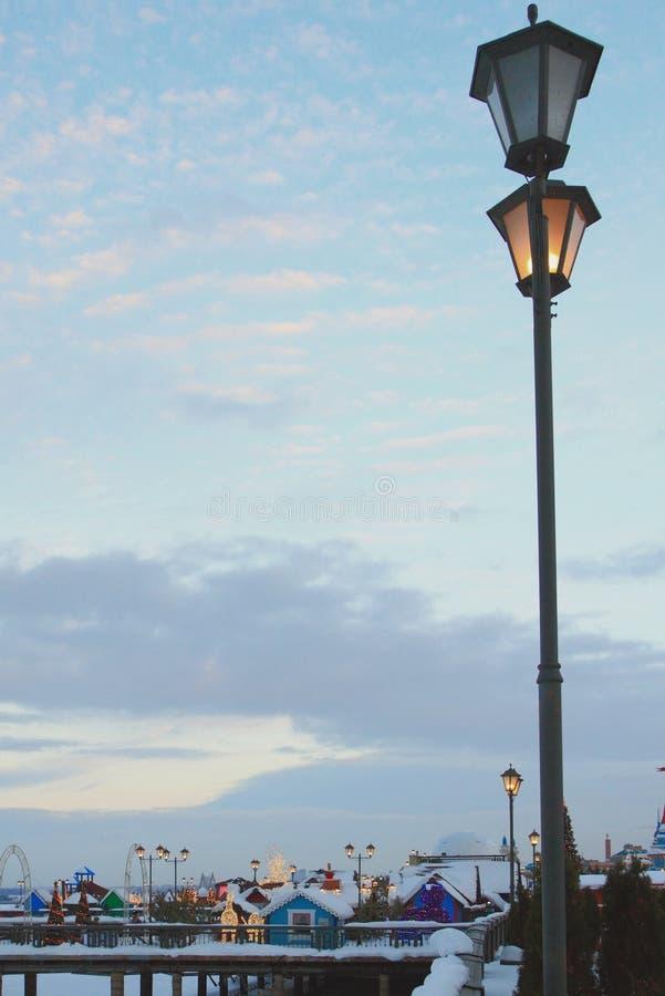 Streetlight na bulwarze w zima wieczór kazan Russia obraz royalty free