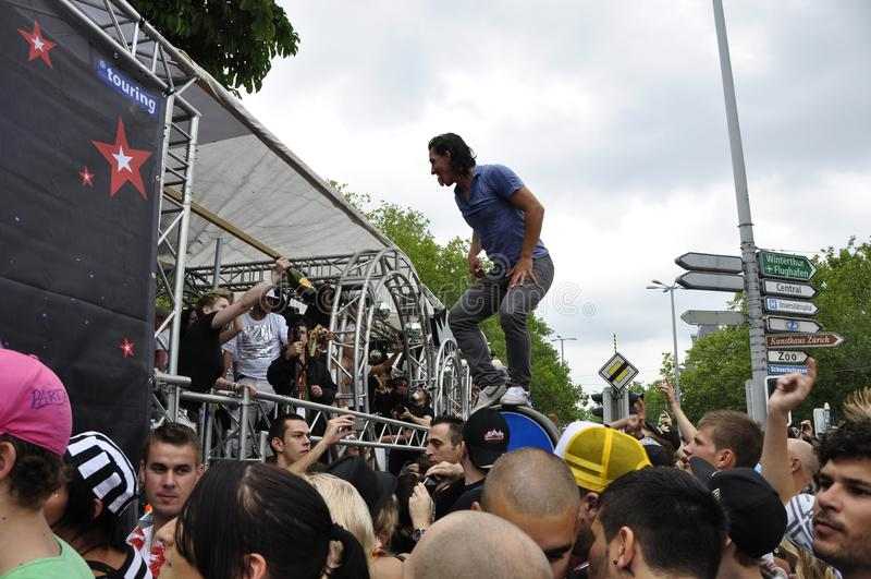 Streetparade ZÃ ¼富有:享用techno党的说胡话的人大量  库存照片