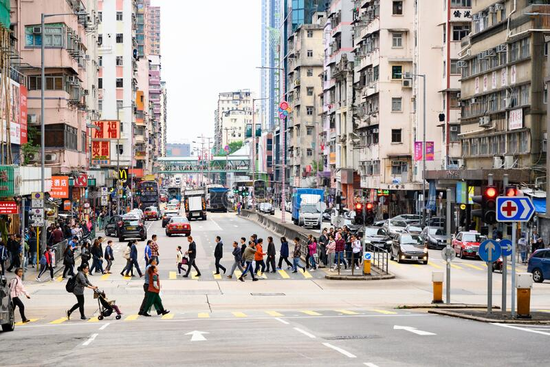 Streets i Kowloon, Hongkong Invånare och turister på Kowloons gator arkivbild